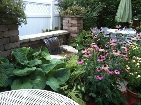 Pekadill's: Beautiful garden in back