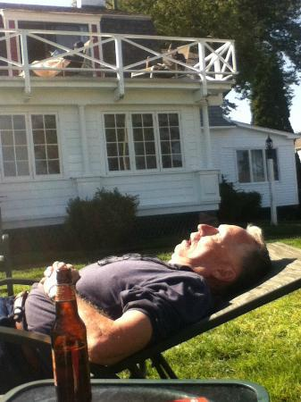 Terrace by the Sea: Very relaxing out on the lawn.....husband passed out...he'll get me back for this