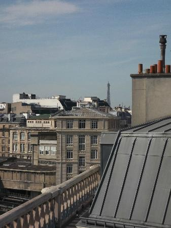 Ibis Paris Gare du Nord Chateau Landon: View of Eiffel Tower from Room 715