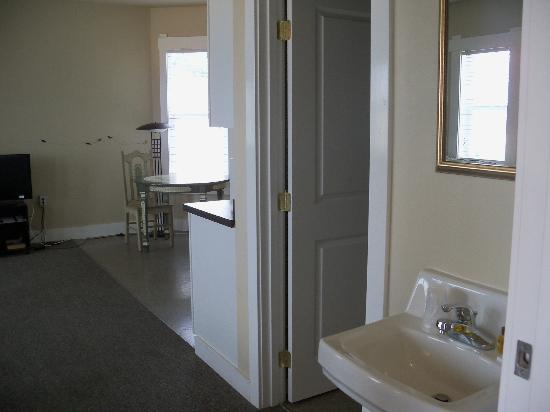 Port Angeles Downtown Hotel: Bathroom-kitchen