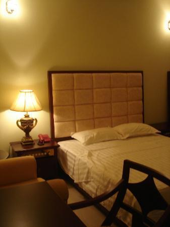 Spintex Inn: Bedstead and Lamp