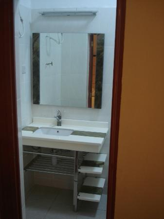 Spintex Inn: Wash basin and Mirror