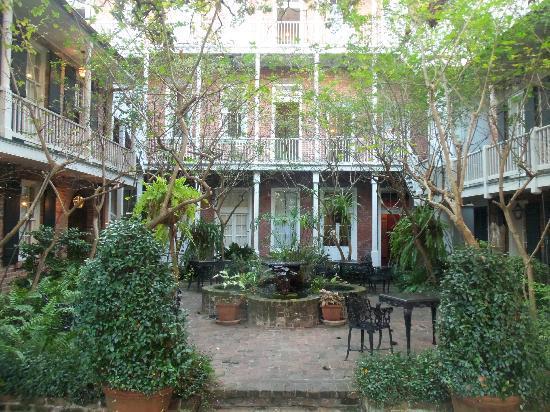 Place d'Armes Hotel: Central courtyard - Place d'Armes