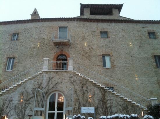 Castello di Montignano Relais & Spa: Le Castello et son entrée sobre et élégante.