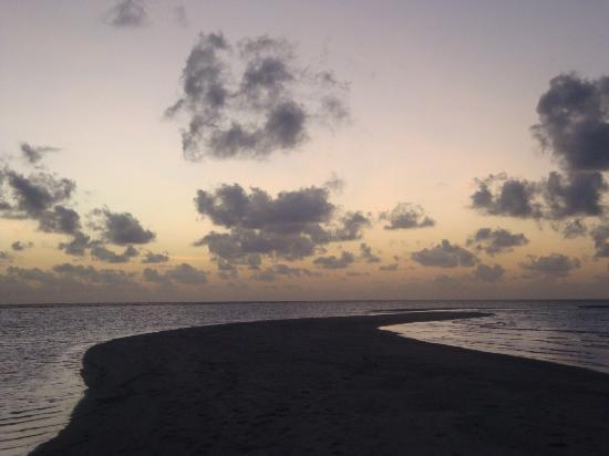 Kuramathi Island Resort: sunset sandspit