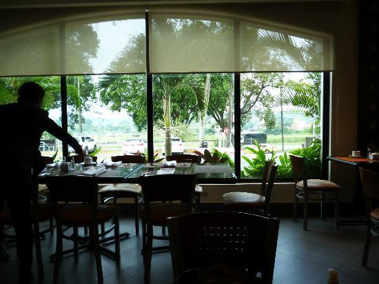 Holiday Inn Panama Canal: Comedor desde cuyo ventanal se pueden observar los barcos que están navegando por el Canal