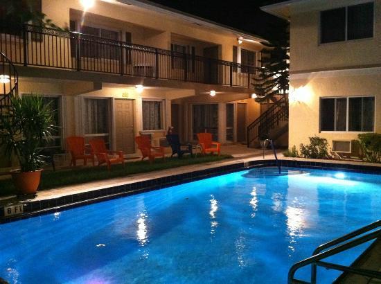 Villa Aqualina: Pool, night view