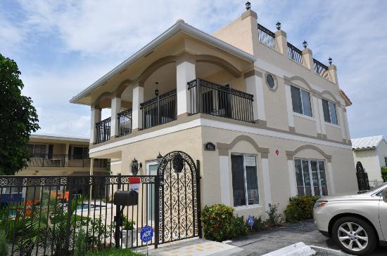 Villa Aqualina: View from the Street