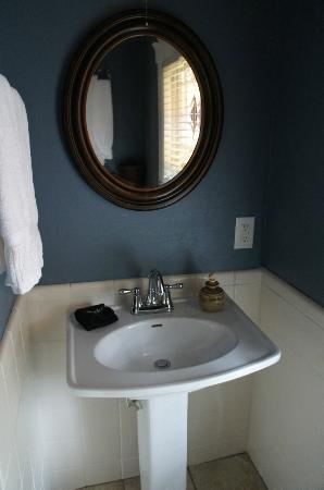‪‪The Red House Inn Brevard‬: Taylor-Epworth Suite bathroom‬