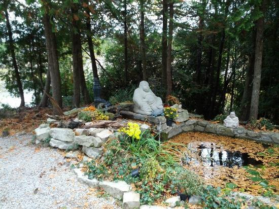 Bear Cove Bed and Breakfast: Relax by the budda!
