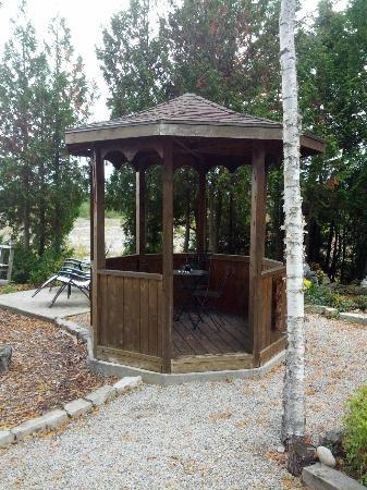 Bear Cove Bed and Breakfast: Private gazebo, my wife loved it!