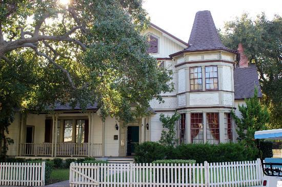 Warner Bros. Studio Tour Hollywood: Seavers' house from Growing Pains