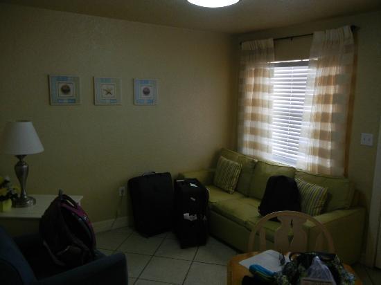 Blue Wave Motel Suites: Wohnzimmer
