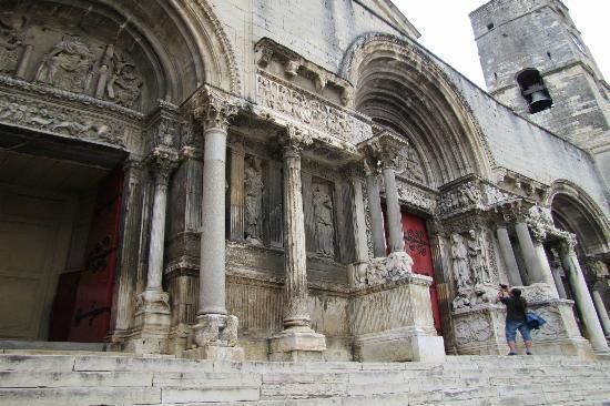Abbaye de Saint-Gilles: tympan de St-Gilles