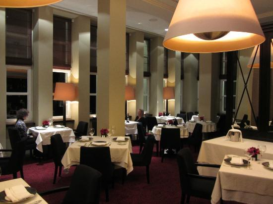 Modrzewie Park Hotel: Dining room at night