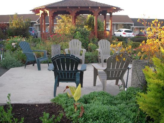 Surf Motel and Gardens: Garden in the center of the Parking Lot