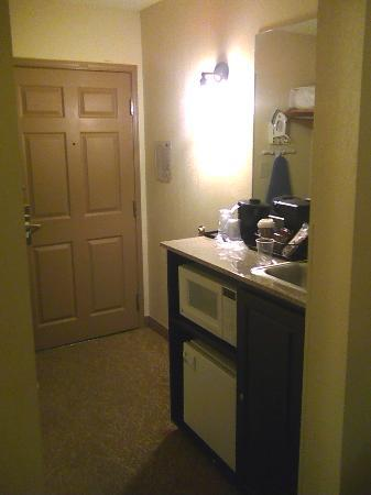 Country Inn & Suites By Carlson, Norcross: Room entrance and wet bar