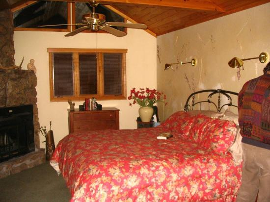 Romantic Riversong Bed and Breakfast Inn: Chiming Bells Room