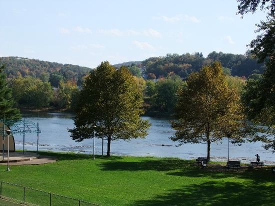 Days Inn Oil City Conference Center: View from hall outside of our room, the beautiful Allegheny River