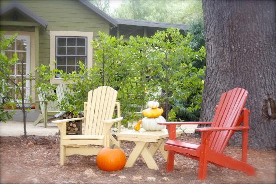 The Cottages of Napa Valley: Outdoor seating area