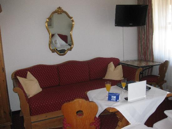 Hotel Obermaier: Couch and Table in a Standard Double Room