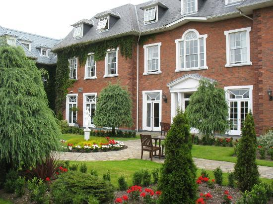 Hayfield Manor Hotel: Courtyard