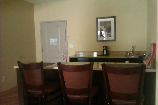La Quinta Inn & Suites Verona : The kitchen in our Suite