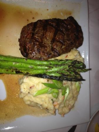 Romano's Macaroni Grill: steak and mashed potatoes