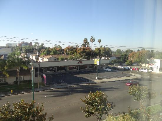 Doubletree Suites by Hilton Hotel Anaheim Resort - Convention  Center: Icky view (and loud traffic!)