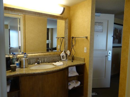 Doubletree Suites by Hilton Hotel Anaheim Resort - Convention  Center: Vanity area