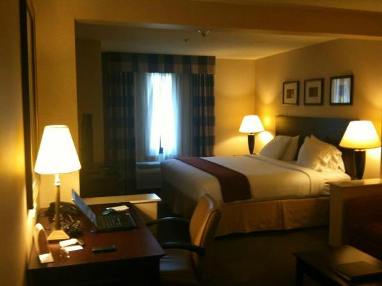 Holiday Inn Express & Suites Bradley Airport: comfortable beds