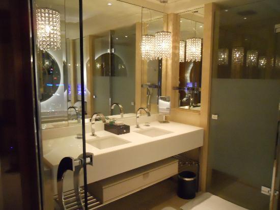 Crown Towers Melbourne: Junior Suite: Bathroom