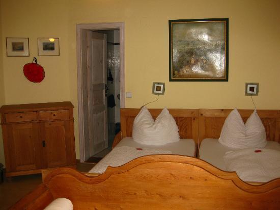 Schwarzwaldgasthof Zum Goldenen Adler: Farmer's Room #14 - Bed
