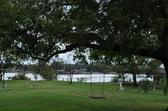 Baker St. Harbour, Waterfront Bed and Breakfast: Granbury Lake from the backyard