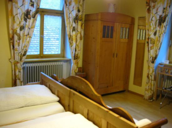 Schwarzwaldgasthof Zum Goldenen Adler: Farmer's Room #14 - Armoire