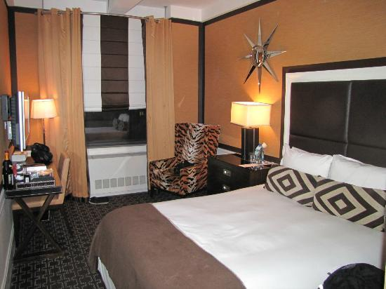 Empire Hotel: Our cozy room/ 921
