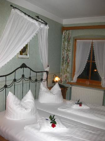 Hotel Bavaria: Bed and Window in the Room