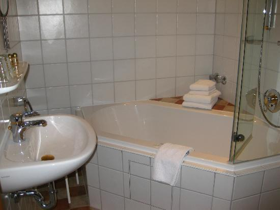 Hotel Bavaria: Bathroom and Whirlpool Tub in the Room