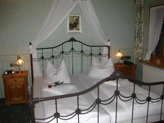 Hotel Bavaria: Bed in a Double Room