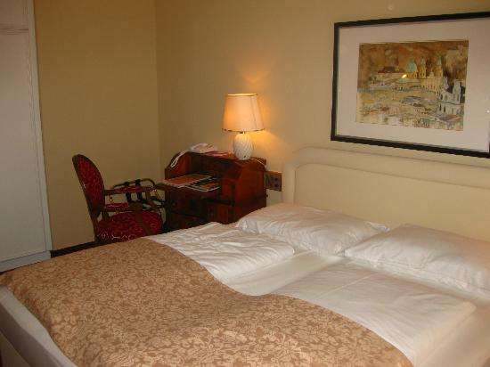Vier Jahreszeiten Hotel: Bed and Desk in a Double Room