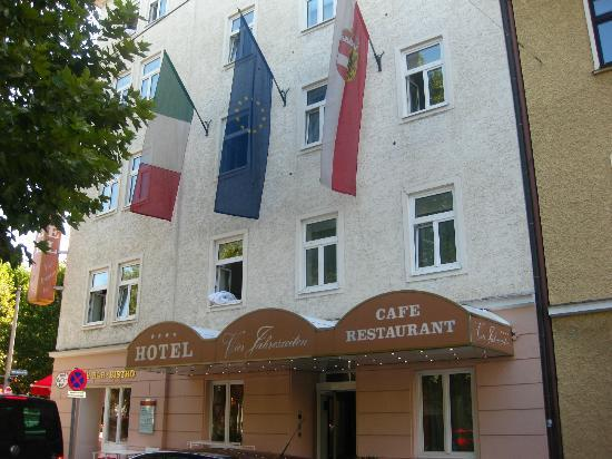 Vier Jahreszeiten Hotel: The Outside of the Hotel