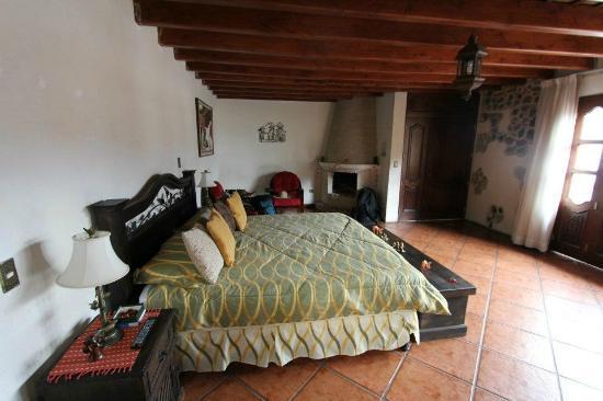 Hotel Tradiciones Antigua: bed in the suite