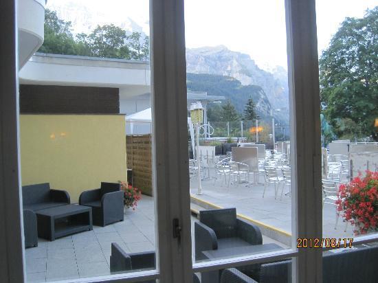 Hotel Silberhorn: 館内別棟から撮影したテラス