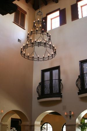 Omni Rancho Las Palmas Resort & Spa: Beautiful lobby with very high ceiling