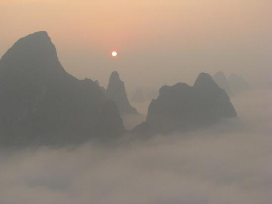 Yangshuo Tea Cozy: Sunrise at Xianggong hill