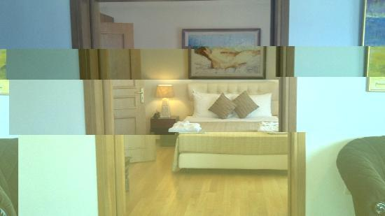 Tharroe of Mykonos Hotel: Huge luxurious bed, with quality linens