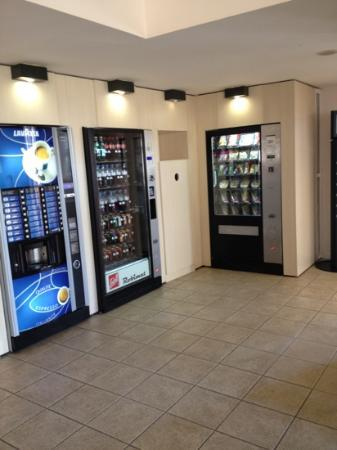 Kyriad A Disneyland Paris: vending machines at reception