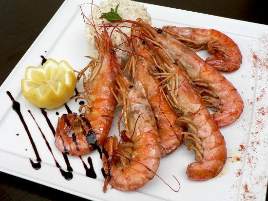 Garra Dine Wine Cafe : King prawns flamed in Pernod liqueur served on a bed of shrimp bisque risotto.