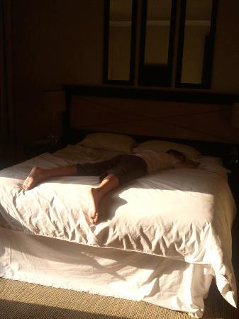 Hotel Marrakech le Tichka: HUGE bed - husband passed out