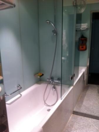 Imperial Hotel: bath